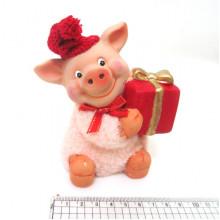 Сувенир керамический фигурка Свинка в шапке с подарком (2) №DSCN6878 Вител
